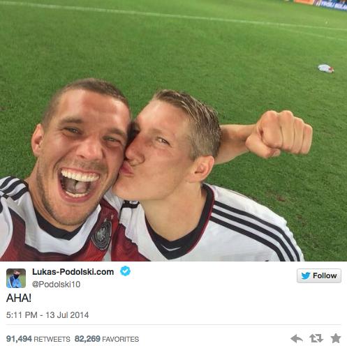 La selfie de Podolski y Schweinsteiger que fue retuiteada más de 90 mil veces.